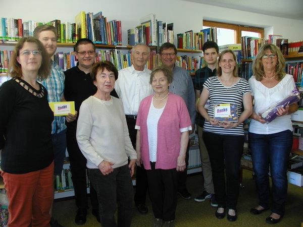 Gäste und Mitarbeiter bei der Bücherstadl-Eröffnung nach der Renovierung.