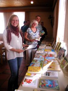 Im Pfarrsaal wurden zu Kaffee und Kuchen die neuesten Bücher ausgestellt.