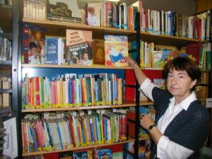 Selma beim Einsortieren von Büchern